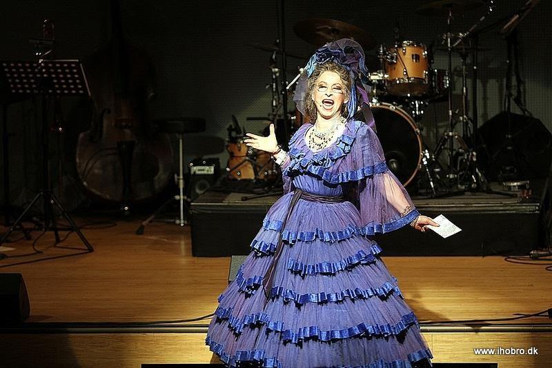 Den flotte, blå kjole er der ikke mange, der har set i aktion. Men i Mariager har de!
